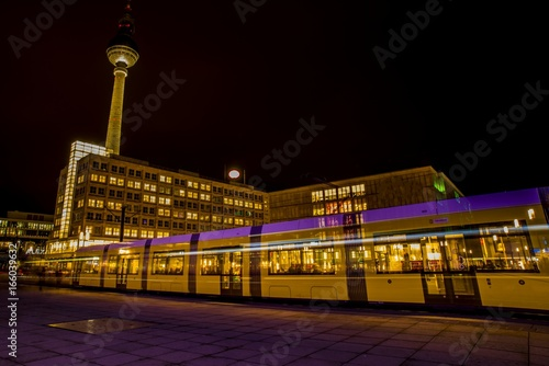 Deurstickers Berlijn Langzeitbelichtung Lichtspuren von einer Straßenbahn