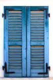 Niebieskie okno na białym tle