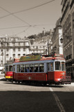 Czerwone tramwaje krążące w Lizbonie, Portugalia