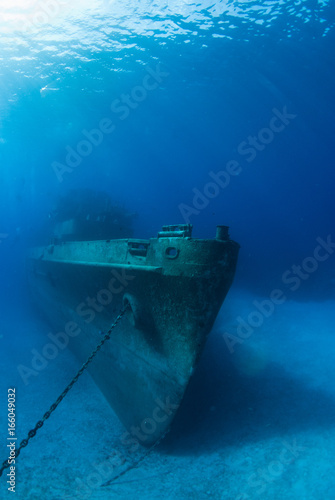 In de dag Schipbreuk the iconic image of the bow of the kittiwake. This ship was sunk deliberately to make an artificial reef in Grand Cayman and is frequented by many scuba divers and snorkelers each year
