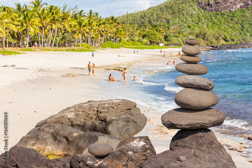 galets superposés sur plage de Grand Anse, île de la Réunion
