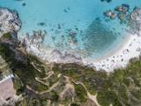 Paradiso del sub, spiaggia con promontorio a picco sul mare. Zambrone, Calabria, Italia. Immersioni relax e vacanze estive. Vista aerea