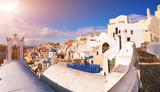 Białe domy w mieście Oia na wyspie Santorini
