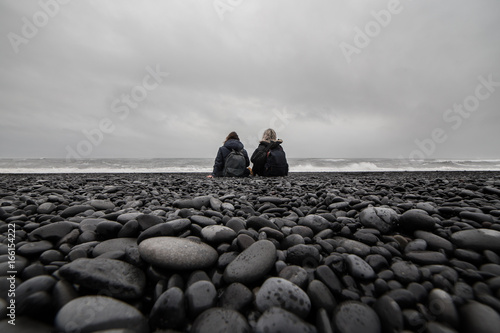 dwie-dziewczyny,-kamienista-plaza,-fale,-morze