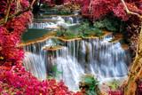 Pi? Kny wodospad krajobraz z czerwonym li? Ci ramki