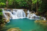 Wodospad Huay Mae Kamin w Parku Narodowym Khuean Srinagarindra, Kanchanaburi, Tajlandia