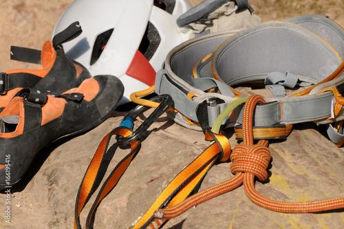Kletterausrüstung : Der mensch in seinem gurtzeug und rock kletterausrüstung