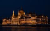 Parlament w nocy