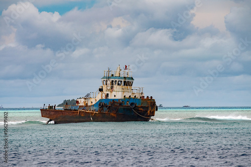 Staande foto Schip ship wreck on the reef