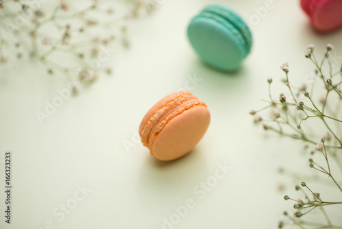 Foto op Canvas Macarons Dessert. Sweet macarons or macaroons with flowers.