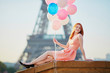 Quadro Girl with bunch of balloons in front of the Eiffel tower in Paris