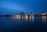 Kraftwerk spiegelt sich im Fluss