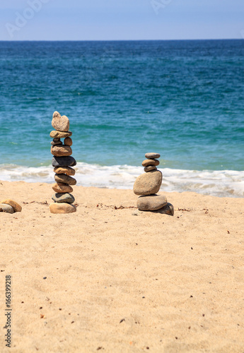 Foto op Plexiglas Stenen in het Zand Stones piled on top of one another in Inuksuk fashion