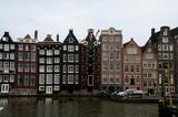 Tradycyjne budynki Amsterdamu na kanał, domy nad kanałem na wodzie