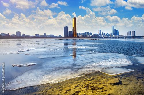 Foto op Plexiglas Seoel Ice of Han river and cityscape in winter,Seoul in South Korea.