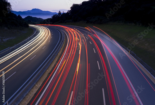 Foto op Aluminium Nacht snelweg Car lights traveling the freeway at dusk