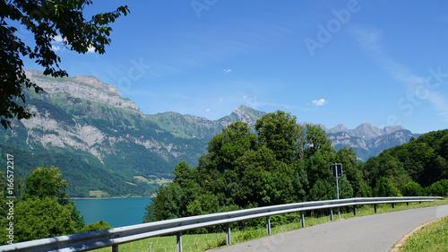 Parkplatz am Walensee/Parkplatz am Walensee in der Schweiz, im Hintergrund die steilen Felswände der Churfirsten