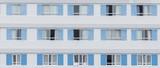 Weiß blaue Fassade eines Hauses - 166627671