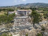 Vista aerea di case sulla roccia sopra un promontorio a picco sul mare, Ricadi, Capo Vaticano, Calabria. Italia