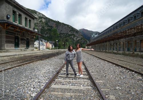 Dos amigas en las vías de la estación de Canfranc