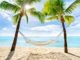 Urlaub am Palmenstrand mit Sonne und Hängematte - 166715603