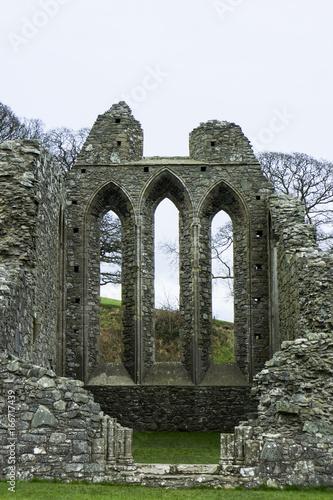 Vue d'architecture médiévale ancienne en pierre en ruine Inch Abbey Irlande du N Poster