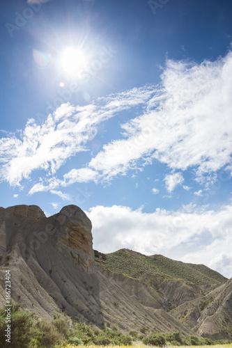Tuinposter Grijs Paisaje de montañas desérticas.