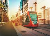 Widok na ruchomy tramwaj w Casablance - Maroko