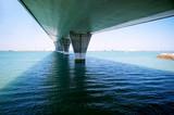 bajo el Puente de La Constitución, llamado La Pepa, con barcos y mar, en Cádiz, Andalucía. España