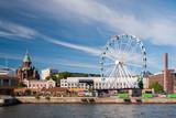 Widok na port w Helsinkach z Uspensky ortodoksyjnej katedry i skywheel podczas letniego popołudnia