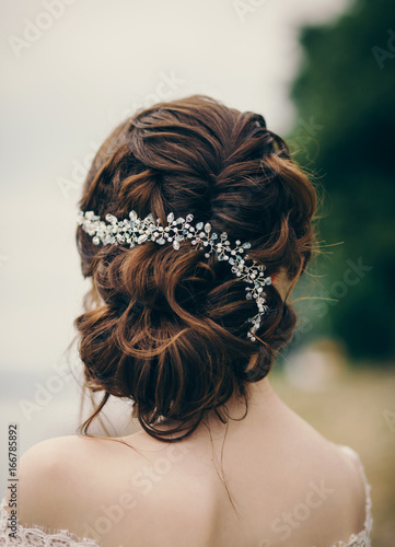 Aluminium Kapsalon Beautiful bride with fashion wedding hairstyle outdoor