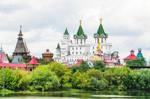 Widok na Kreml Izmailovo, z wyspy stawu Silver-Grape. Rosja, Moskwa
