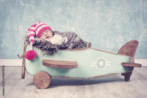 Spoed canvasdoek 2cm dik Wanddecoratie met eigen foto Baby auf Holzflugzeug
