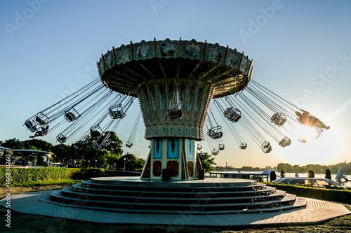 Tuinposter Amusementspark karuzela łańcuchowa