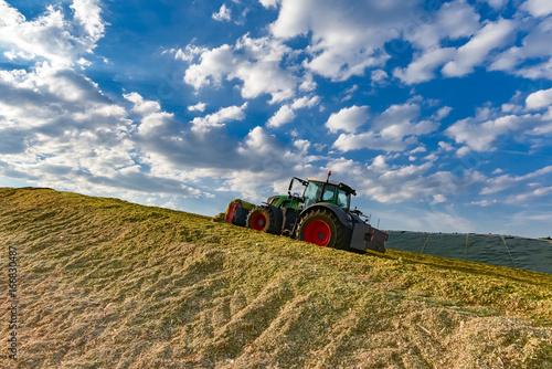 uprawa-kukurydzy-do-biogazu-ciagnik-przy-poziomowaniu-silosu