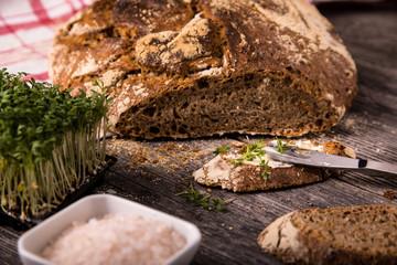 Urkorn Butter-Brot aus Dinkel, Emmer und Einkorn auf Holz mit Kresse und Salz
