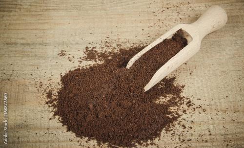 Foto op Aluminium Koffiebonen Ground coffee on the wooden background.