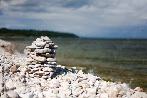 Foto op Aluminium Zen Stenen Pyramid of stones on the empty beach