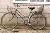 Stary rower z prowizorycznym koszykiem i prowizorycznym siedzeniem dla pasażera na bagażniku