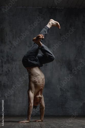 Plakat Young beautiful dancer is posing in studio