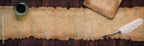 Rocznika rękopis z pióra na biurku, tekstury papieru jako tło dla tekstu