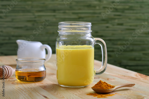 Foto op Plexiglas Milkshake frappe o frullato con latte curcuma e miele
