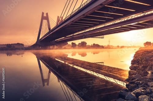 Most wantowy, Kraków, Polska, w porannej mgle nad Wisłą