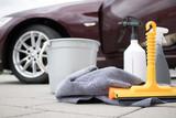 Diverse Putz Utensilien für die Fahrzeugpflege vorbereitet