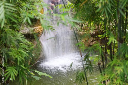 Wasserfall in tropischer Landschaft - 166968246