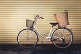 Stary rower na tle ściany, zabytkowe stylu