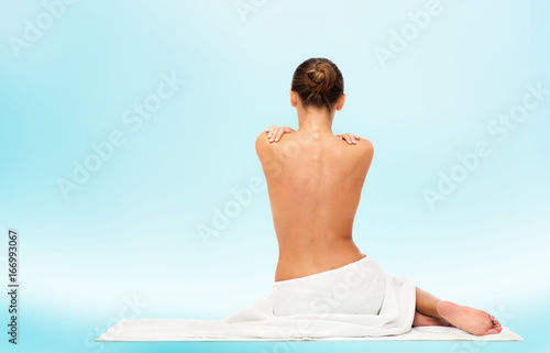 Staande foto Spa beautiful young woman in towel with bare back