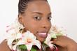 Jeune femme souriante portant des fleurs blanches au cou sur fond blanc.concept soin de peau et cosmétique