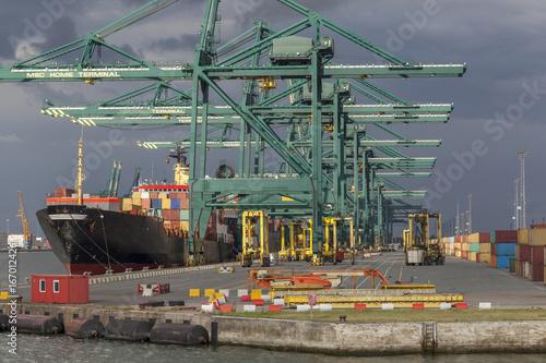 Fotobehang Antwerpen Containerschiff an einem Containerterminal im Hafen von Antwerpen, Belgien