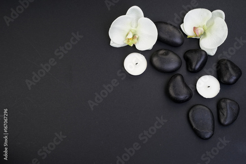 In de dag Spa Spa/wellness concept. Zen stones with orchids top view. Flatlay.